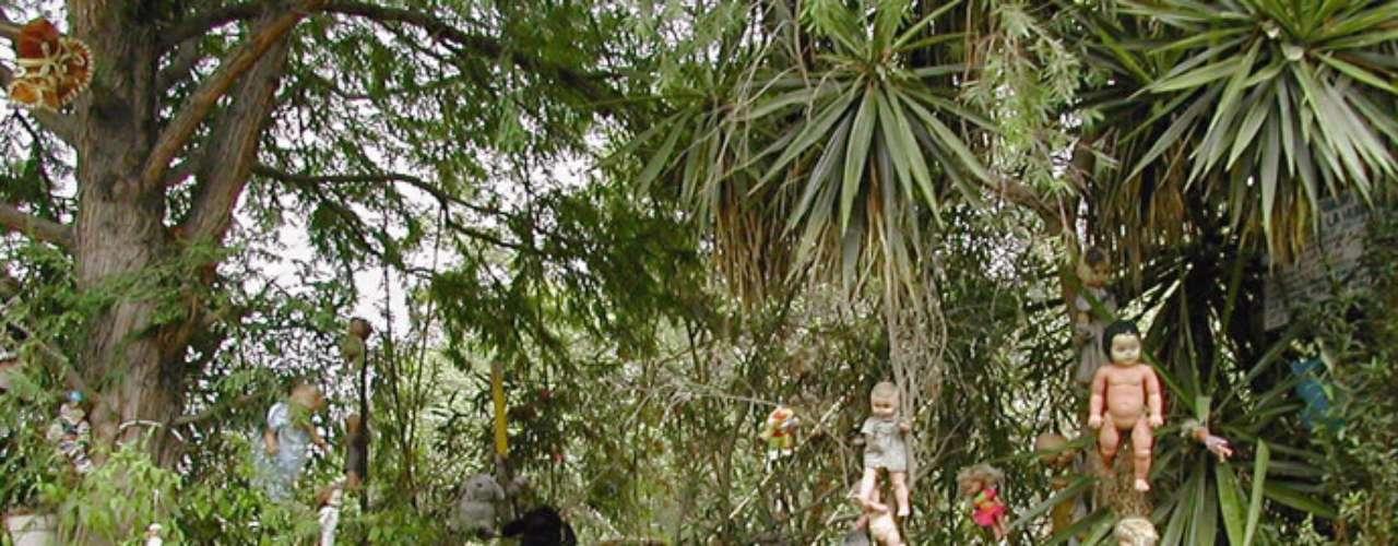 Isla de las Muñecas, México: situada numa rede de rios e córregos ao sul da Cidade do México, a Isla de las Muñecas (Ilha das Bonecas), tem um efeito de arrepiar criado por centenas de bonecas penduradas nos troncos das árvores. Após a morte de uma criança, achada flutuando na área, um morador encontrou uma boneca e decidiu colocá-la numa árvore em forma de homenagem. Hoje, inúmeras bonecas, algumas delas despedaçadas, criam uma impressão para lá de sinistra