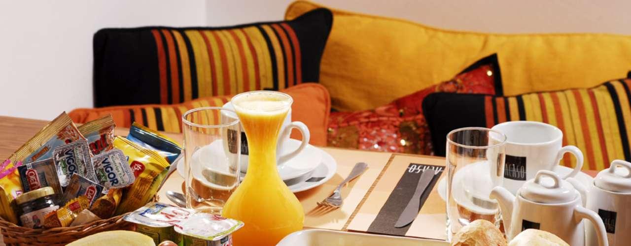 Café da Manhã 'Acaso': cesta de pães (pão francês, croissant, pão de queijo e torradas),biscoitos doces e salgados, ovos mexidos com fatias de bacon, suco de laranja, peito de peru, presunto, queijo, iogurte, cereal, manteiga, geleia, cream cheese, frutas frescas. Valor R$ 27 no Acaso Motel, em São Paulo