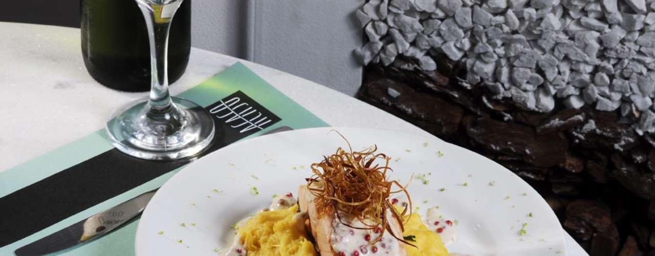 Salmão grelhado: posta de salmão grelhado ao molho de pimenta rosa acompanhado de purê de mandioquinha e arroz verde. Valor R$ 50 no Acaso Motel, em São Paulo