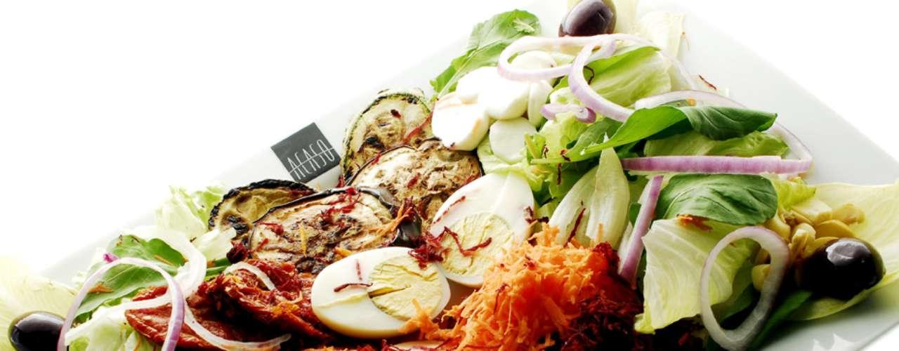 Salada 'Acaso' Especial: alface, rúcula, palmito, tomate seco, mussarela de búfala, ovos, azeitonas pretas, cenoura ralada, beterraba ralada, cebola, champignon paris, beringela grelha e endivias. Valor R$ 26 no Acaso Motel, em São Paulo
