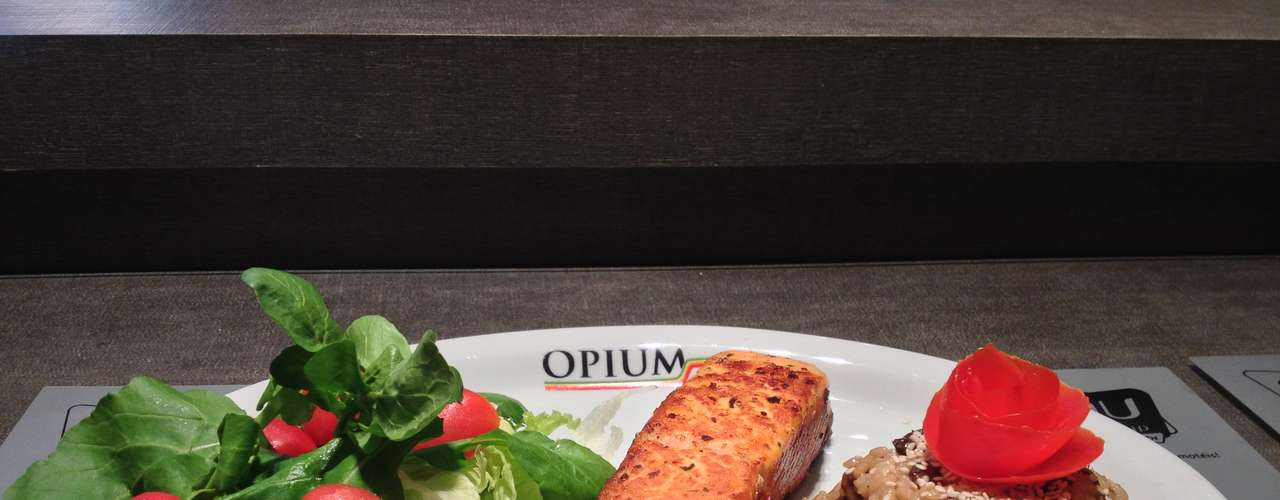 Salmão Especial: filé de salmão grelhado, acompanhado de risoto de funghi e salada. Valor R$ 33 no Opium Motel, em SP