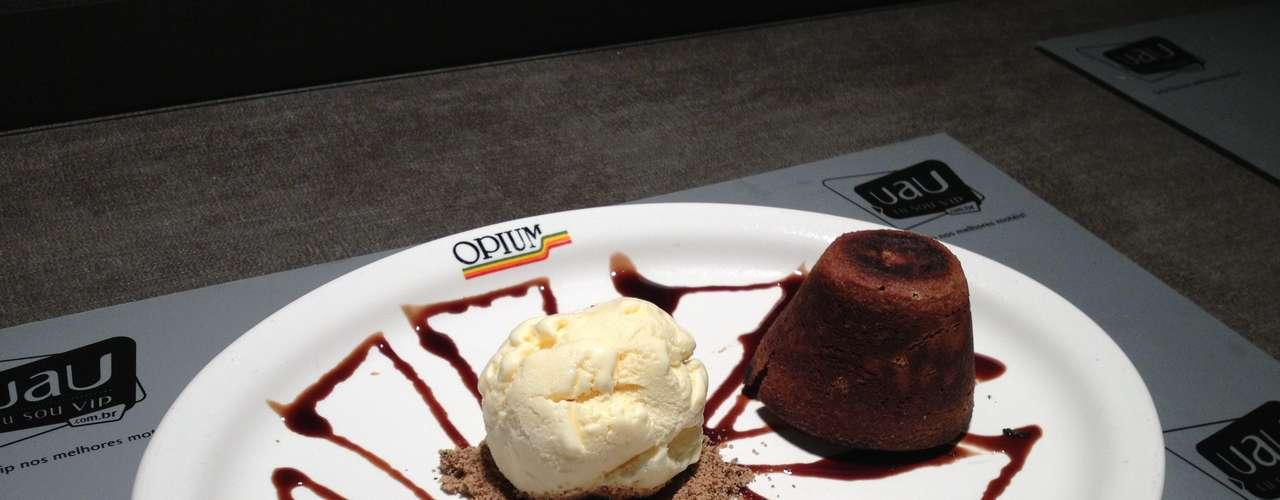 Petit Gauteau: bolinho de chocolate recheado com calda de chocolate, servido com sorvete de creme sobre base de amêndoas. Valor R$ 12 no Opium Motel, em SP