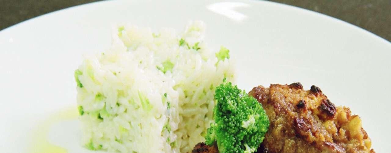 Mignon com crosta de nozes: medalhão de Mignon com crosta de nozes arroz cremoso de brócolis ao molho de vinho tinto. Preço sob consulta no Motel Acqua, em Curitiba