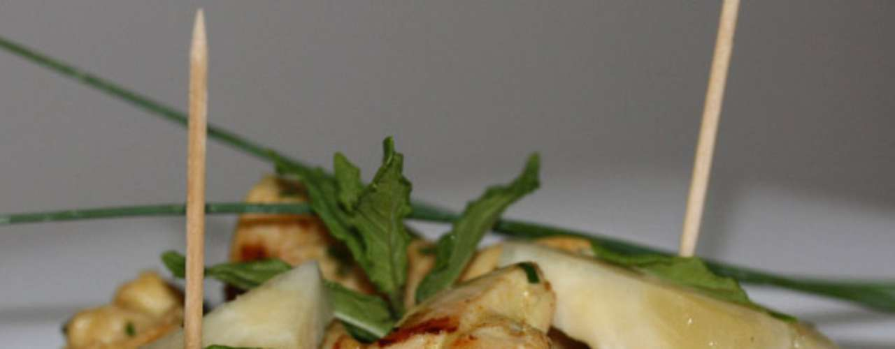 Peito de frango ao curry indiano: peito de frango em cubos ao curry indiano, abacaxi gratinado com queijo parmesão, arroz branco e vegetais. Valor R$ 39