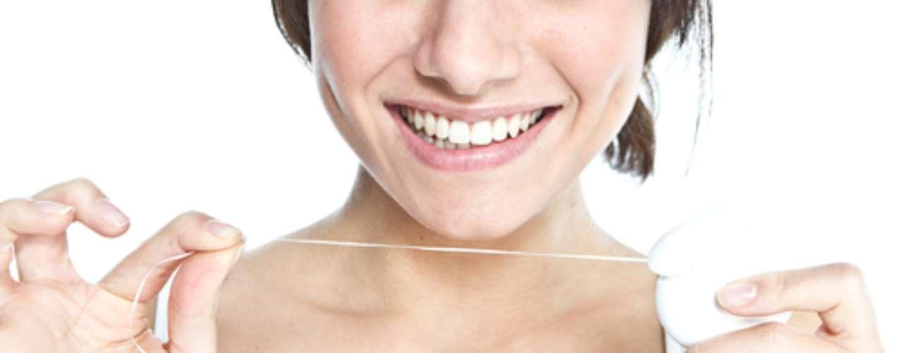 Há quem prefira passar o fio dental antes de escovar os dentes, outros passam depois da escovação, e há, ainda, aqueles que esquecem completamente dessa etapa da higiene bucal. O perigo é deixar acumular restos de alimentos entre os dentes, naqueles espaços tão apertados que só o fio dental consegue chegar.
