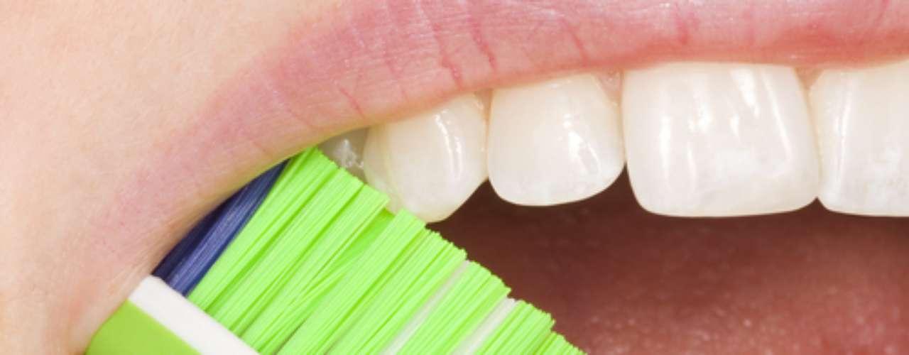 Segundo a dentista Carla Moruzzi, de preferência, o fio dental deve ser passado antes da escovação. Assim, os restos de alimentos que forem retirados do meio dos dentes podem ser removidos pela escova. Veja o passo a passo para tirar proveito desse poderoso aliado da boca saudável.