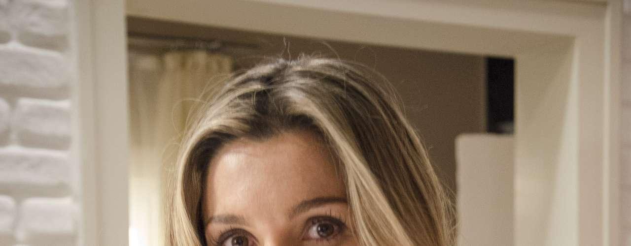 A rival da protagonista, Érica (Flávia Alessandra), tem um visual mais romântico. Mistura camisetas soltinhas de chiffon com renda e, chamois outros acessórios de peso, que remetem ao universo da cavalaria