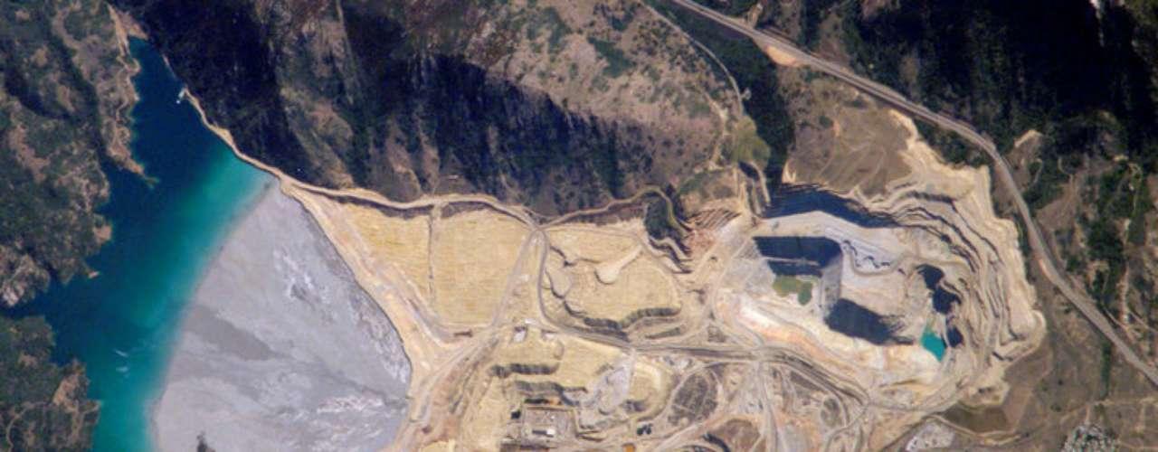 Pit Berkeley, Butte, Montana, Estados Unidos. Esse lago artificial parece tranquilo e límpido, mas engana-se quem pensa assim. Na verdade, o grande responsável pela existência da bela paisagem é a poluição. Por 27 anos, a região foi local de mineração, a atividade tirou milhares de caminhões de terra. A escavação finalizou, porém, os metais pesados continuaram no local. Curiosamente, você pode visitar o poço e ver a região através de um poço de observação