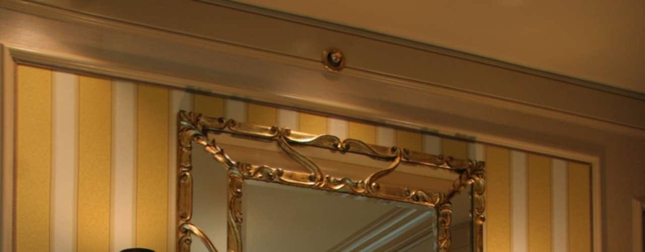 Este tipo de espelho decorado nas bordas fica melhor em espaços mais amplos, segundo a arquiteta Carolina Travaglini. Numa área muito pequena, eles podem competir com outros objetos de decoração e sobrecarregar o ambiente