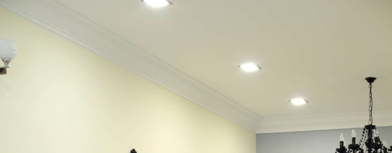Acima de um aparador, os espelhos emoldurados são uma boa escolha para destacar um pedaço esquecido da sala ou o hall de entrada da casa