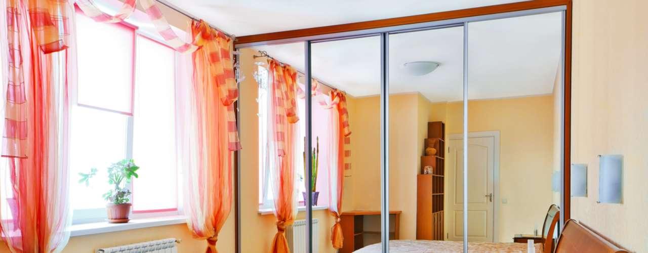 Além de funcional, o armário espelhado ajuda a criar uma sensação de amplitude no quarto