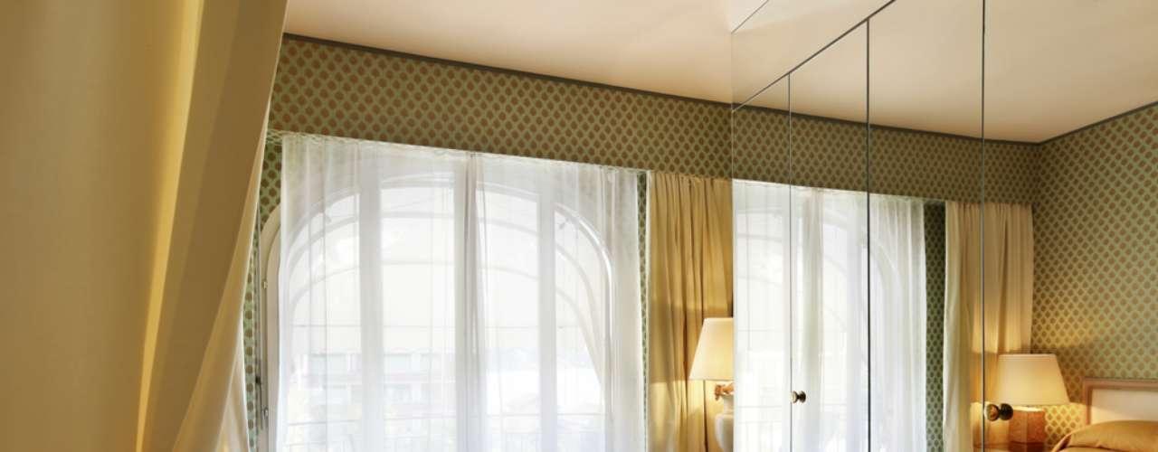Outro exemplo de armário com portas espelhadas. Neste caso, não há molduras, o que ajuda a produzir a impressão de que o quarto é maior