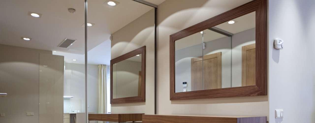 A porta de correr espelhada ajuda a dividir os ambientes sem criar espaços em que predomine a sensação de aperto