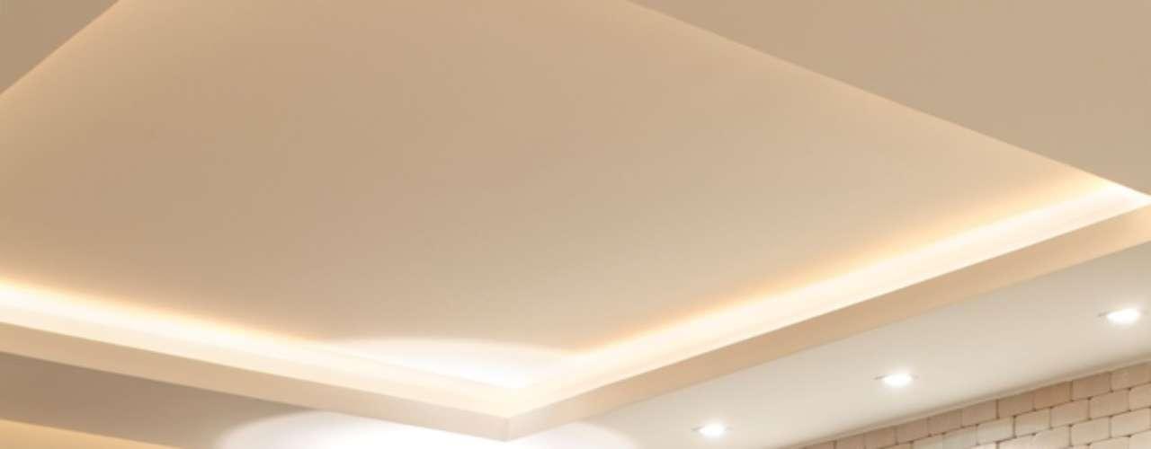 A peça retangular forma um grande painel na parede deste loft. O espelho foi combinado com um revestimento texturizado e ajuda a quebrar o branco da parede