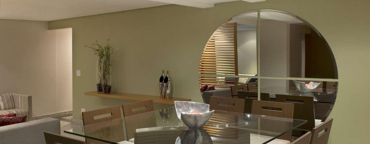 Quatro peças formam esse espelho redondo que ocupa boa parte da parede da sala de jantar projetada por Carolina Magalhães e Tatiana Pandolfi
