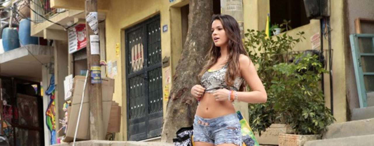Lurdinha (Bruna Marquezine), uma jovem funqueira e moradora do Complexo do Alemão, investe em figurino provocante. Usa roupas curtas, justas e que deixam a barriga de fora