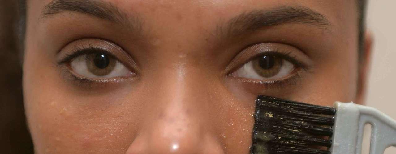 Errado: não coloque o pincel embaixo dos olhos. O contato da mistura com a cútis sensível da região pode causar irritações
