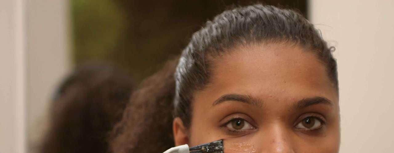 Certo: com o rosto limpo, comece a aplicação. Com a ajuda de um pincel, faça movimentos suaves nas maçãs do rosto para garantir que a máscara tenha efeito em todas as áreas da face