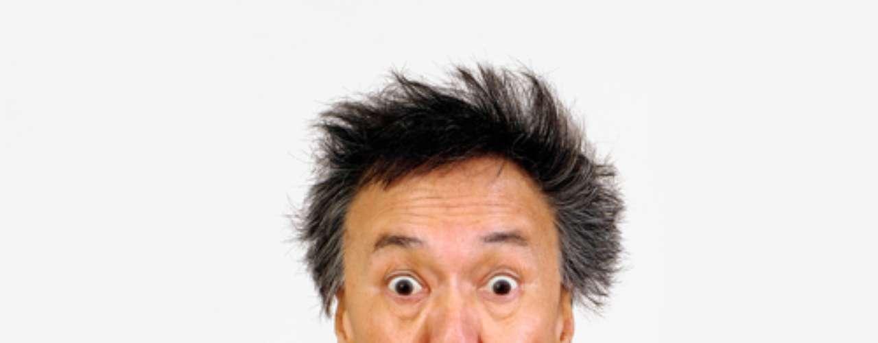 Um tombo inesperado, uma comida dura, um jogo de futebol... e o dente quebra. Antes de se desesperar é preciso saber o que fazer exatamente para que os danos não sejam maiores. Segundo o dentista Joel dos Santos, o melhor a fazer é guardar o pedaço do dente fraturado. É indicado guardar o fragmento em leite, água ou soro fisiológico e procurar imediatamente o seu dentista.