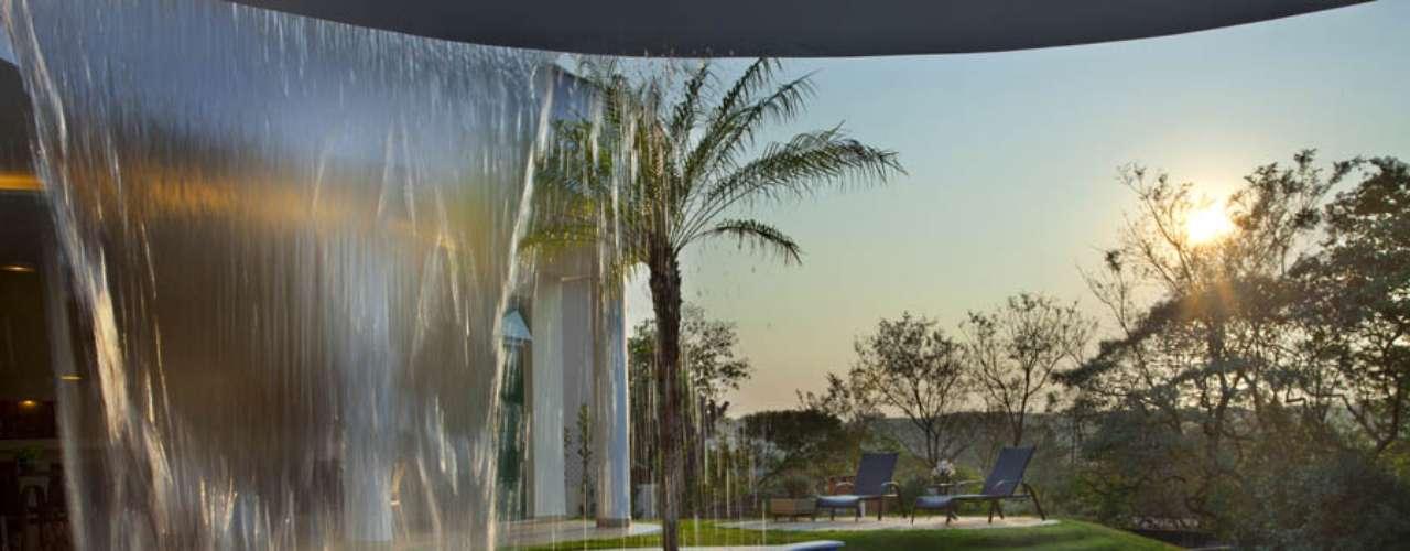Neste projeto do arquiteto Aquiles Nícolas Kílaris, a piscina fica no centro da área de lazer da casa e voltada para uma bela paisagem. Informações: (19) 3462-3674