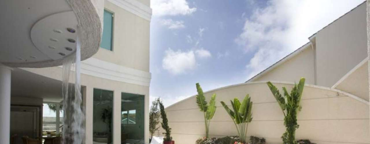 Mais uma das piscinas de Aquiles Nícolas Kílaris. Seguindo uma tendência atual, o espaço é integrado com o interior da casa e fica próximo da área gourmet