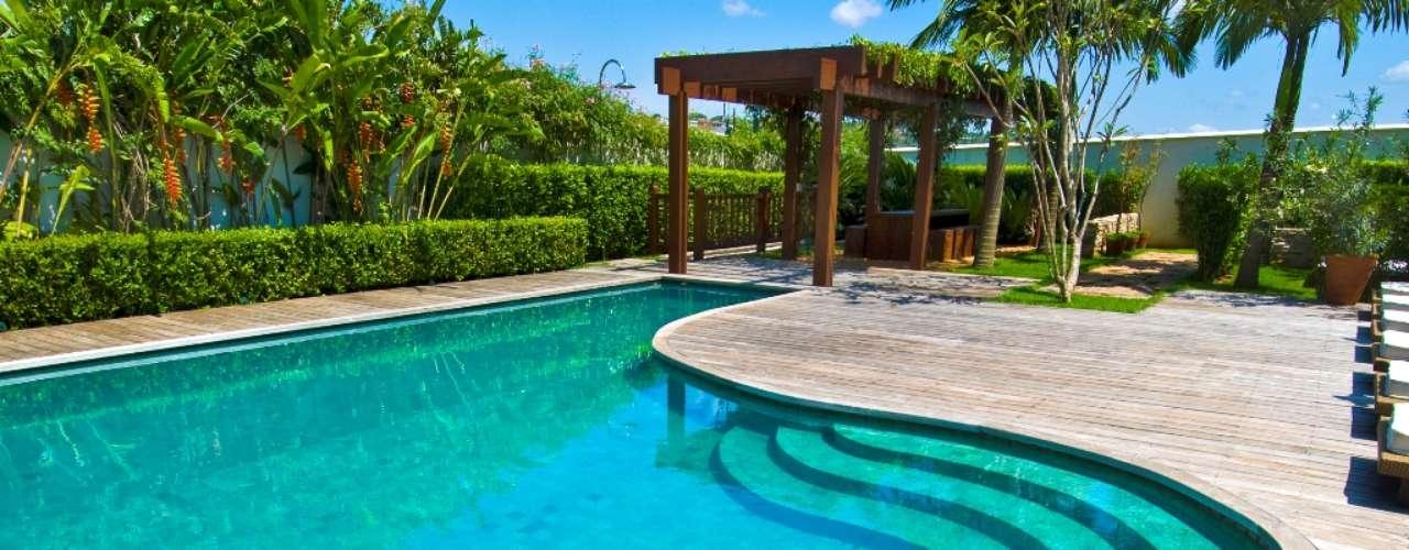 O arquiteto Augusto Perez e o paisagista Gilberto Elkis usaram pedras com diferentes nuances de verde para criar o efeito de cor nesta piscina