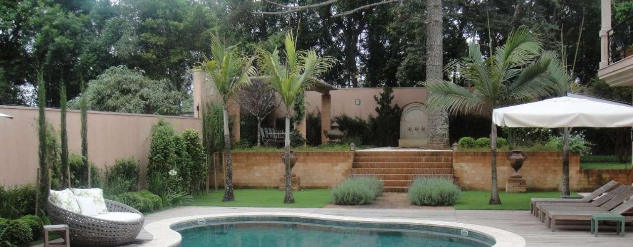 Neste projeto, a arquiteta Cris Daros e o paisagista Gilberto Elkis também usaram pedras naturais para revestir a piscina. Informações: (41) 3018-0830