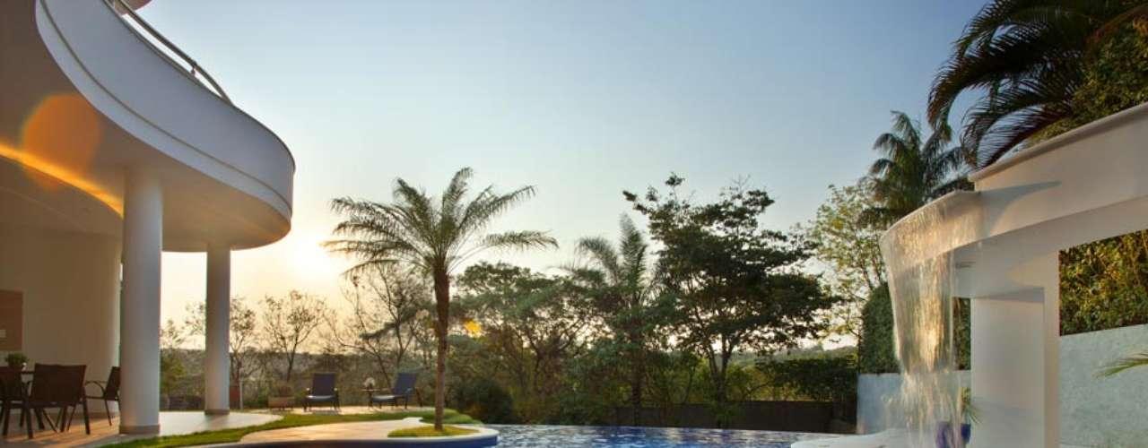 Com linhas arredondadas que procuram imitar as formas da natureza, a piscina tem a chamada borda infinita. Essa técnica ajuda a valorizar o espaço em terrenos mais altos que os arredores, conta Kílaris