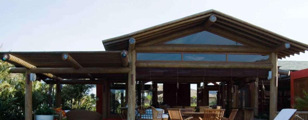Casa projetada pelo arquiteto David Bastos, que usou a cobertura da varanda para criar sombra em parte da piscina. Informações: (71) 3319-5355