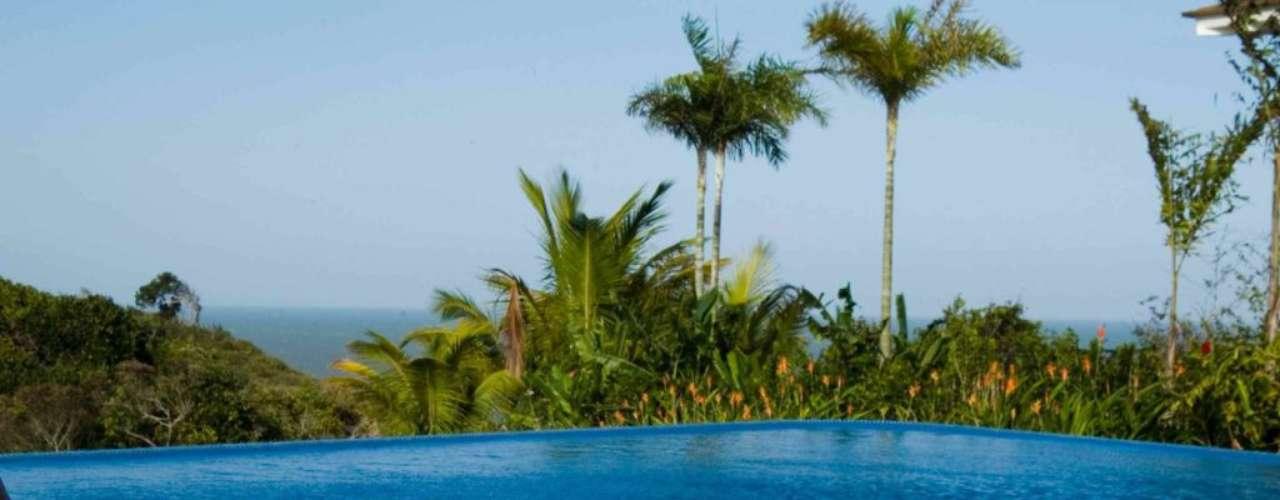 As árvores e plantas na borda ajudam a fazer sombra e a criar um ambiente parecido com o de uma praia. O arquiteto também optou pela borda infinita para aproveitar a vista do mar, que aparece no fundo da paisagem