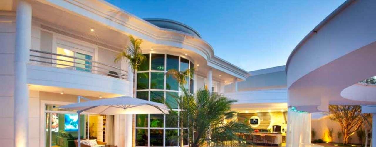 A cascata sai de um arco ornamental ao lado da piscina. Segundo o arquiteto, a queda é uma forma de reproduzir o que acontece na natureza, criando movimento na água