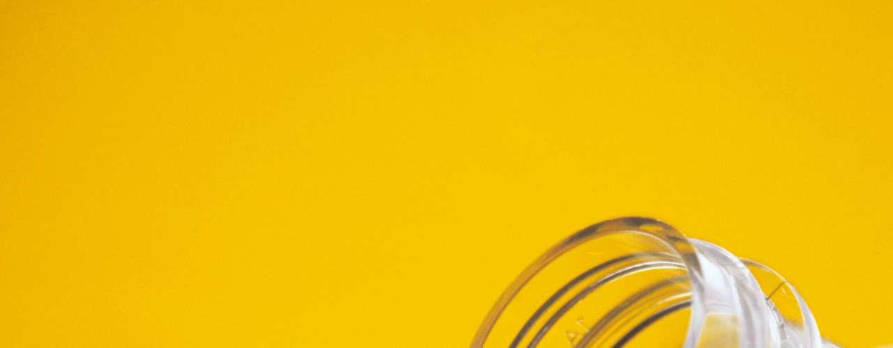 4. Xarope para tosse: mesmo que você não esteja tossindo, esse tipo de produto pode ajudar a aliviar a dor. Porém, assim como as pastilhas e os sprays, esse efeito é temporário. Caso vá trabalhar ou fazer algo que exija sua atenção, procure uma fórmula que não dê sonolência. Já quem está tendo problemas para dormir devido à dor pode escolher um produto que contenha, além de analgésico, um composto que relaxa e dá sono