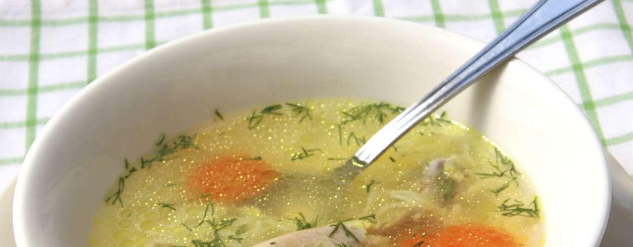 7. Canja: um remédio caseiro antigo para gripes, a canja de galinha pode ajudar a aliviar a dor de garganta também. \
