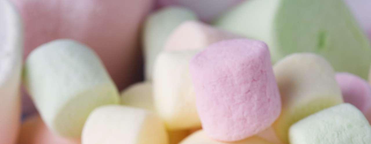 8. Marshmallow: embora não haja provas concretas de que ele funciona, a seiva da planta de marshmallow tem sido usada por centenas de anos, geralmente em forma de chá, para tratar tosses, resfriados e dores de garganta. E mesmo que marshmallow verdadeiro tenha pouca relação com as guloseimas comidas à beira da fogueira, ambos podem ter propriedades que ajudam a combater a dor de garganta. De acordo com relatos o doce teria uma textura de gelatina que alivia o incomodo e acalma. \
