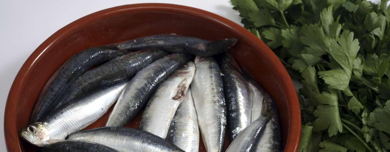 Peixe: o ômega 3 presente no óleo do peixe pode ajudar a diminuir a pressão arterial e a reduzir o risco de arritmia cardíaca. As maiores fontes do nutriente são salmão, atum e sardinha. Uma pesquisa também revelou que mulheres que consomem peixe regularmente podem ter os riscos de AVC reduzidos. Uma boa opção de consumo é o sashimi que, por ser cru, manterá os níveis de ômega 3 intactos