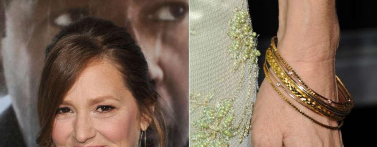 A atriz americana Melissa Leo circulou com as unhas das mãos na cor verde