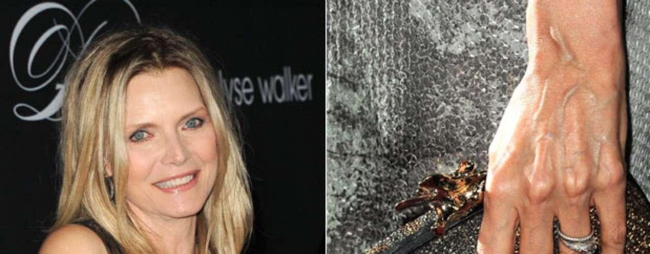 Michelle Pfeiffer optou por um tom claro nas mãos