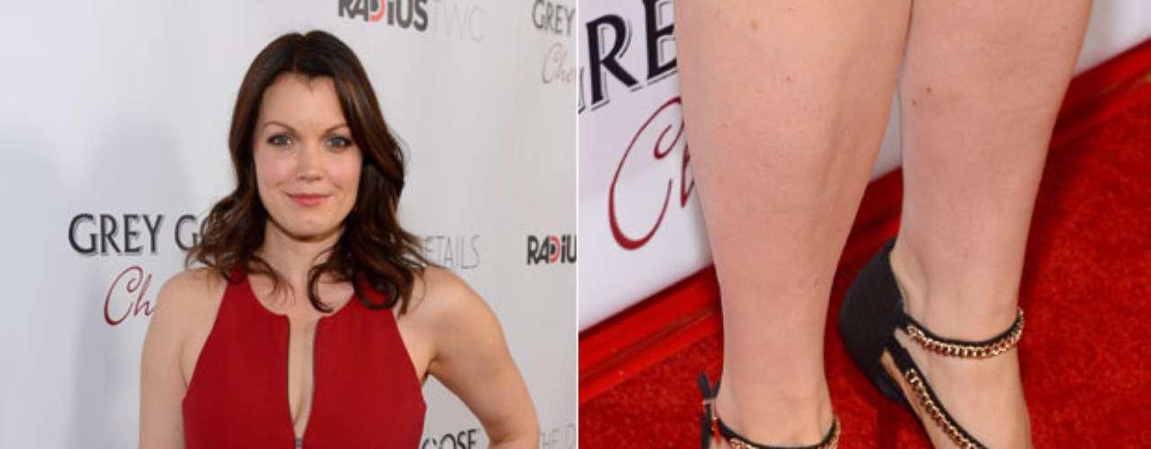 A atriz americana Bellamy Young foi a um evento com esmalte vinho nas unhas dos pés e claro nas das mãos