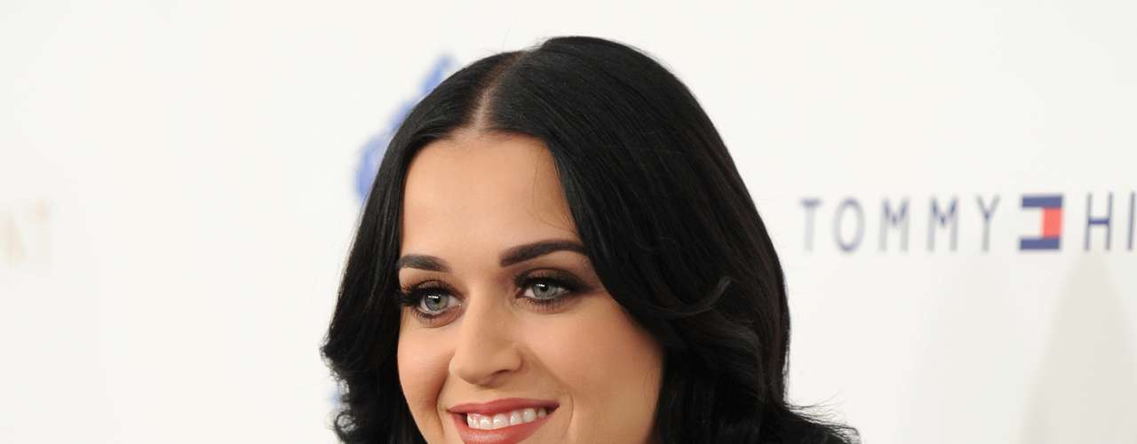 A cantora Katy Perry apostou em nail art. Cada unha recebeu um desenho diferente