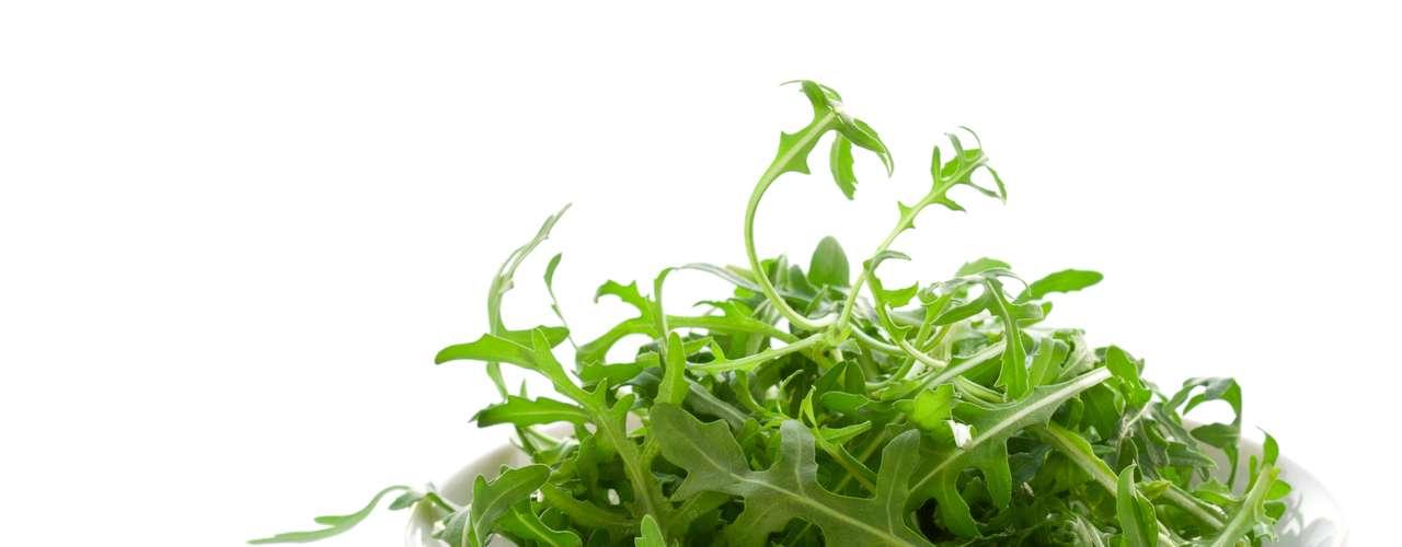 Rúcula (4 calorias por xícara) - esta folha delicada e levemente apimentada é incrivelmente baixa em tudo o que você não quer, especialmente calorias, gordura, gordura saturada e colesterol. Quanto aos efeitos positivos, as fibras, vitaminas A, C e K e outros nutrientes, como potássio, se destacam.  Perfeita para saladas, sopas ou qualquer prato que leve folhas verdes, a rúcula pode ainda ajuda sua vida romântica. Algumas evidências sugerem que os minerais e antioxidantes presentes nas folhas escuras são essenciais para a vida sexual porque podem ajudar a bloquear a absorção das toxinas que atrapalham a libido