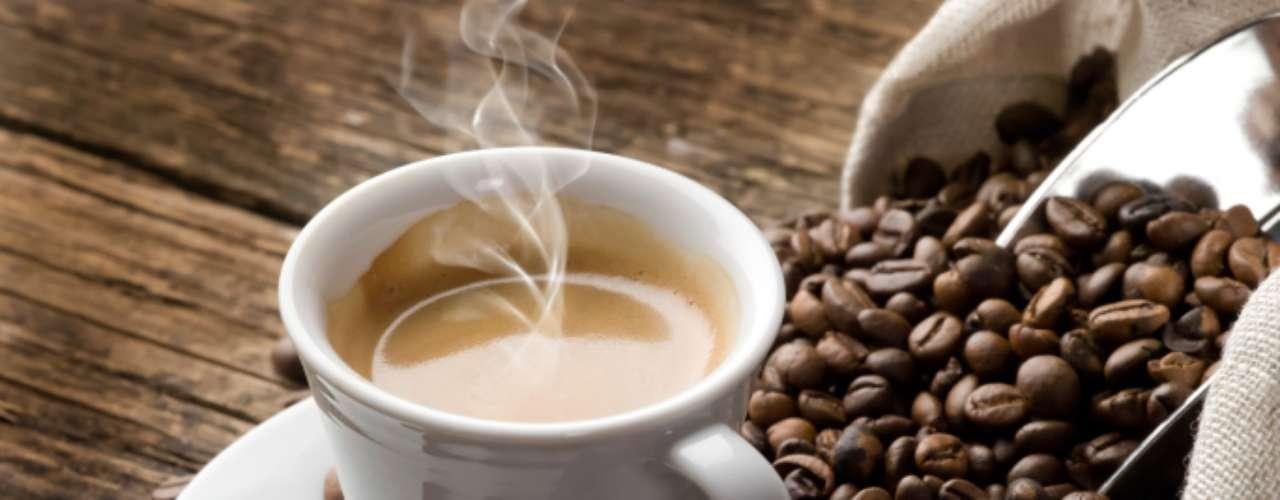 Café (zero caloria por xícara) - café preto é uma das bebidas com menor taxa calórica e também um ótimo aliado de perda de peso. Ele pode alterar os hormônios que naturalmente controlam a fome ou a saciedade. Consumidores de café podem ainda ter menores níveis de câncer de fígado ou cólon, diabetes tipo 2, doença de Parkinson e pode ajudar a viver mais, como concluiu um estudo feito em 2008 que divulgou que mulheres que bebiam mais de seis xícaras diárias tinham menos chances de morrer de várias causas do que aquelas que não consumiam a bebida.  A cafeína pode ainda acelerar o metabolismo e aumentar a perda de peso