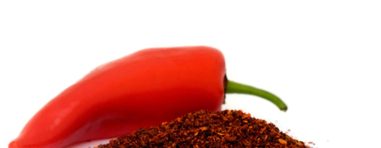 Pimenta (30 calorias por metade da xícara) - mais picantes ou mais amenas, as pimentas vêm com altas taxas de vitamina C e a propriedade que dá a sensação de aquecimento, pode ajudar o corpo a queimar 50 ou 100 calorias extras após um almoço picante. Quanto mais ardida, melhor, mas cuidado para não exagerar