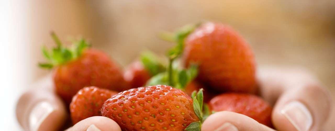 Morangos, framboesas e mirtilo (32 calorias por metade de uma xícara) - estas frutas são cheias de substâncias anti-inflamatórias, o que reduz os riscos de doenças do coração e câncer. Segundo um estudo divulgado em 2007 pela Cornell University, as frutas que cresceram em ambientes preservados e são consumidas frescas, têm estas capacidades aumentadas