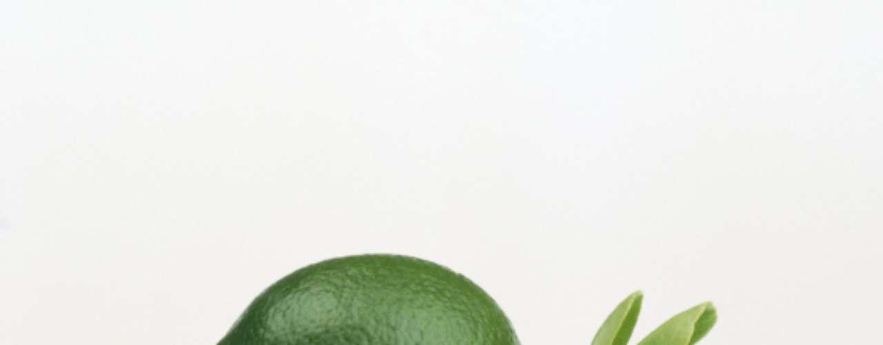 Limão e Lima (20 calorias por fruta, sem a casca) - frutas cítricas são ótimas fontes de vitamina C e fibras, e apresentam também baixos componentes em gordura, caloria e colesterol.  Estudos mostram que o consumo das frutas pode reduzir um resfriado para até um dia. Além de sucos, é comum usar estes alimentos em vários tipos de receitas