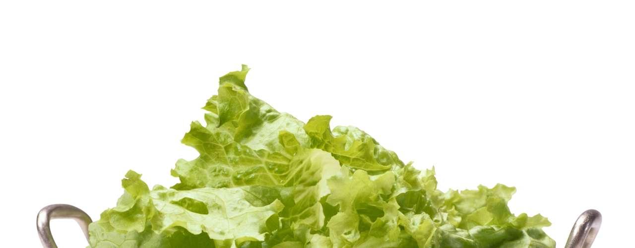 Alface (5 calorias por xícara) - você pode literalmente comer toneladas de qualquer variedade de alface e nunca ganhar nenhum quilo. O tipo alface romana é uma ótima fonte de vitamina B, ácido fólico e manganês, o que ajuda a regular o açúcar no sangue e é essencial para o sistema imunológico. As variedades mais verdes ou roxas têm outros tipos de nutrientes