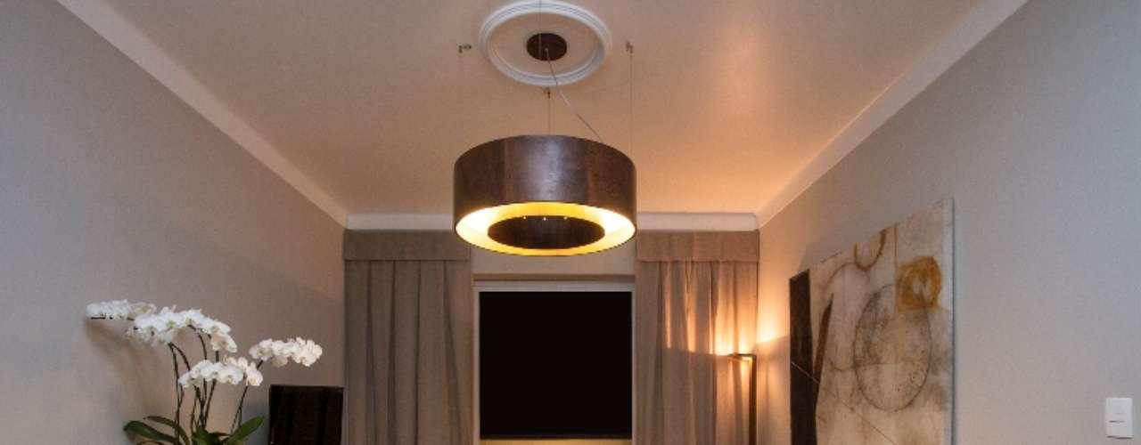 Feito de madeira, carpete e tecidos naturais, o projeto de Sala de TV de Carol Ludolf, Mário Scarabusci e Ney Laignier  prima pelo conforto acústico e estético