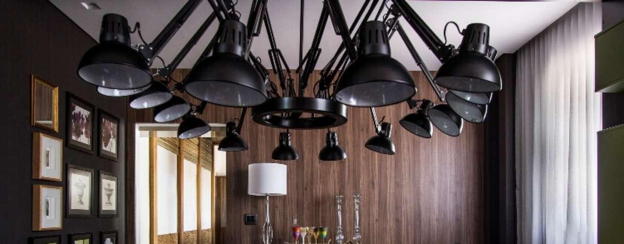 A Sala de Jantar, de Aparecida Covolan, apresenta motivos gráficos e cromáticos nas paredes, no mobiliário e nas peças decorativas. O ambiente é inspirado na estampa zigzag da renomada Maison Missoni, ícone da moda contemporânea e também da decoração