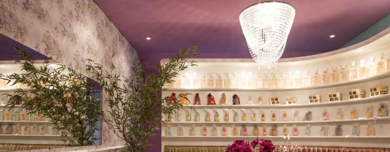 Inspirado na natureza, o projeto Espaço dos Aromas, de Cecília Ramirez, utiliza como cores principais o verde  e o lilás das flores, com mobiliário moderno e ambiente clean
