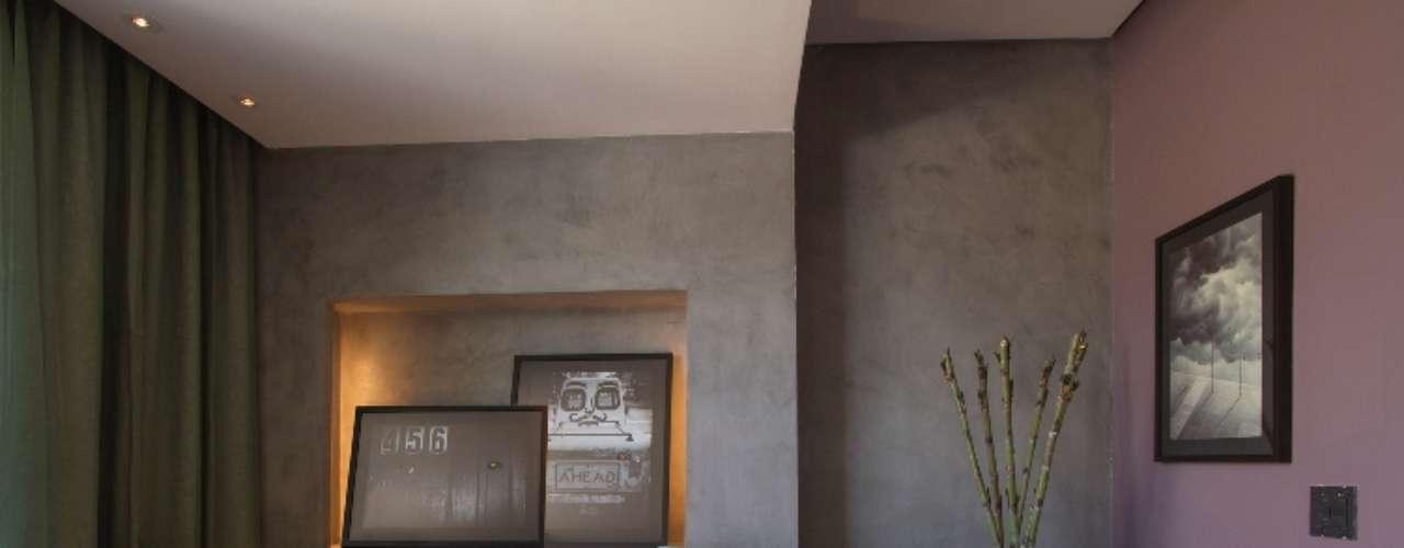 Com inspiração retrô, a Loja e Lounge de Saída de Fabio Antonio Colussi apresenta simetria e funcionalidade, utilizando cores, texturas e móveis originais da década de 50