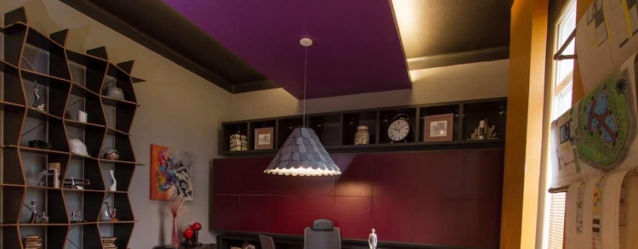 O Ateliê do Arquiteto, de Jacqueline Fumagalli, usa cores vibrantes, lareira ecológica e um teto criado com caixas de papelão encapadas com jornalpara traduzir a criatividade da profissão